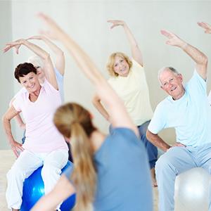 Brein in beweging - Groep mensen beweegt met plezier in gymzaal