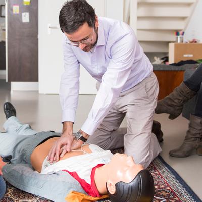 EHBO-cursussen - 2 mensen oefenen op een pop