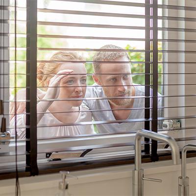 Financieel advies - jonge man en vrouw (starters) kijken huis binnen
