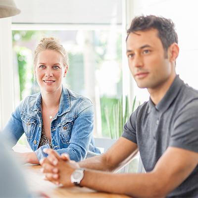 Financieel advies - man en vrouw (doorstromers) aan gesprekstafel