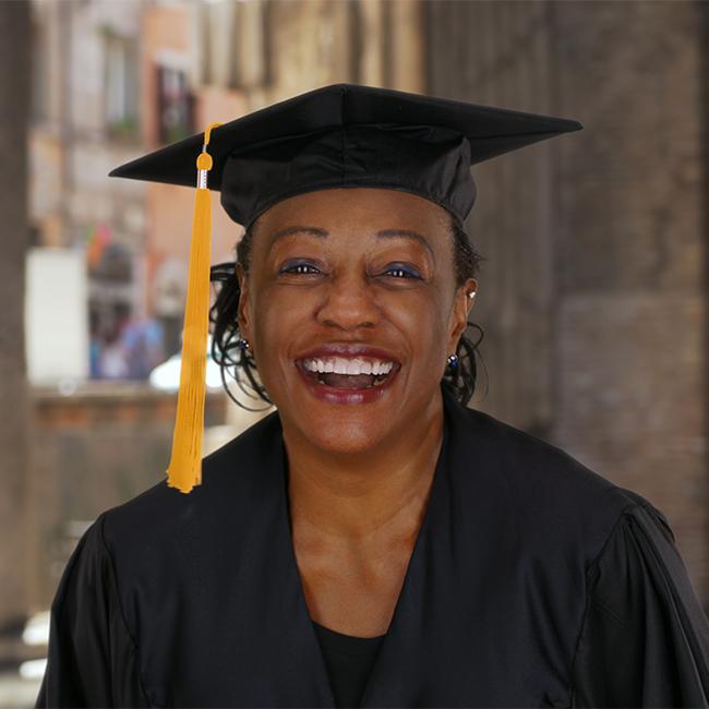 Online colleges - lachende vrouw met studentenpet op