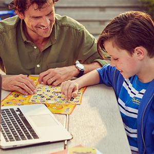 Squla - Vader en zoon aan tafel bij laptop