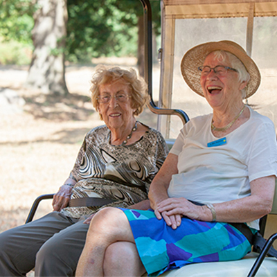 Vakantie en zorg - Twee lachende oudere dames op vakantie
