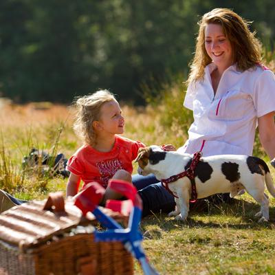 Meisje met krukken speelt buiten met begeleiding Comfortzorg
