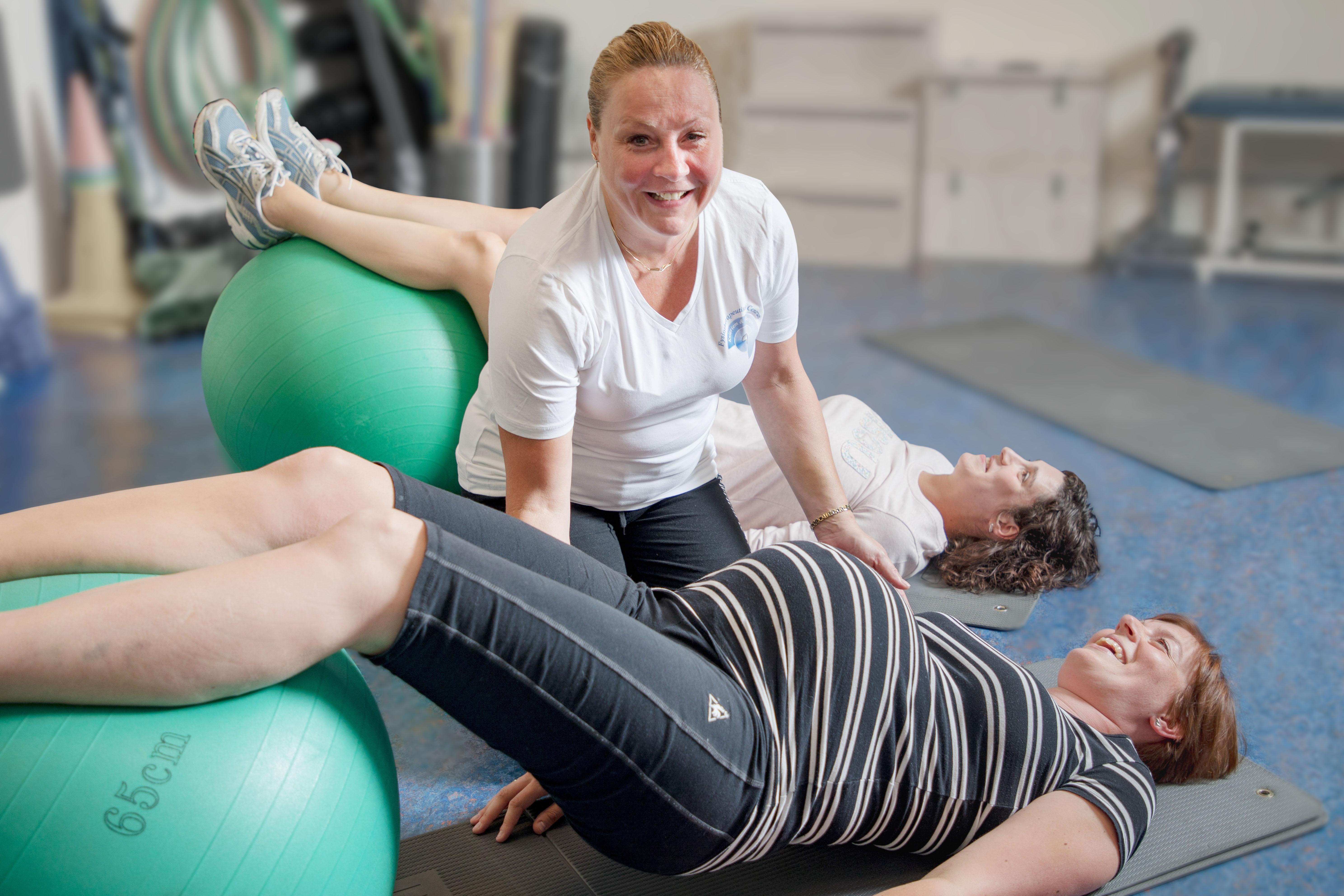 ZwangerFit-docent oefent met 2 zwangere vrouwen